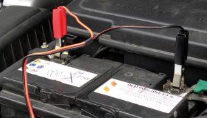 Comment recharger une batterie de voiture sans chargeur?
